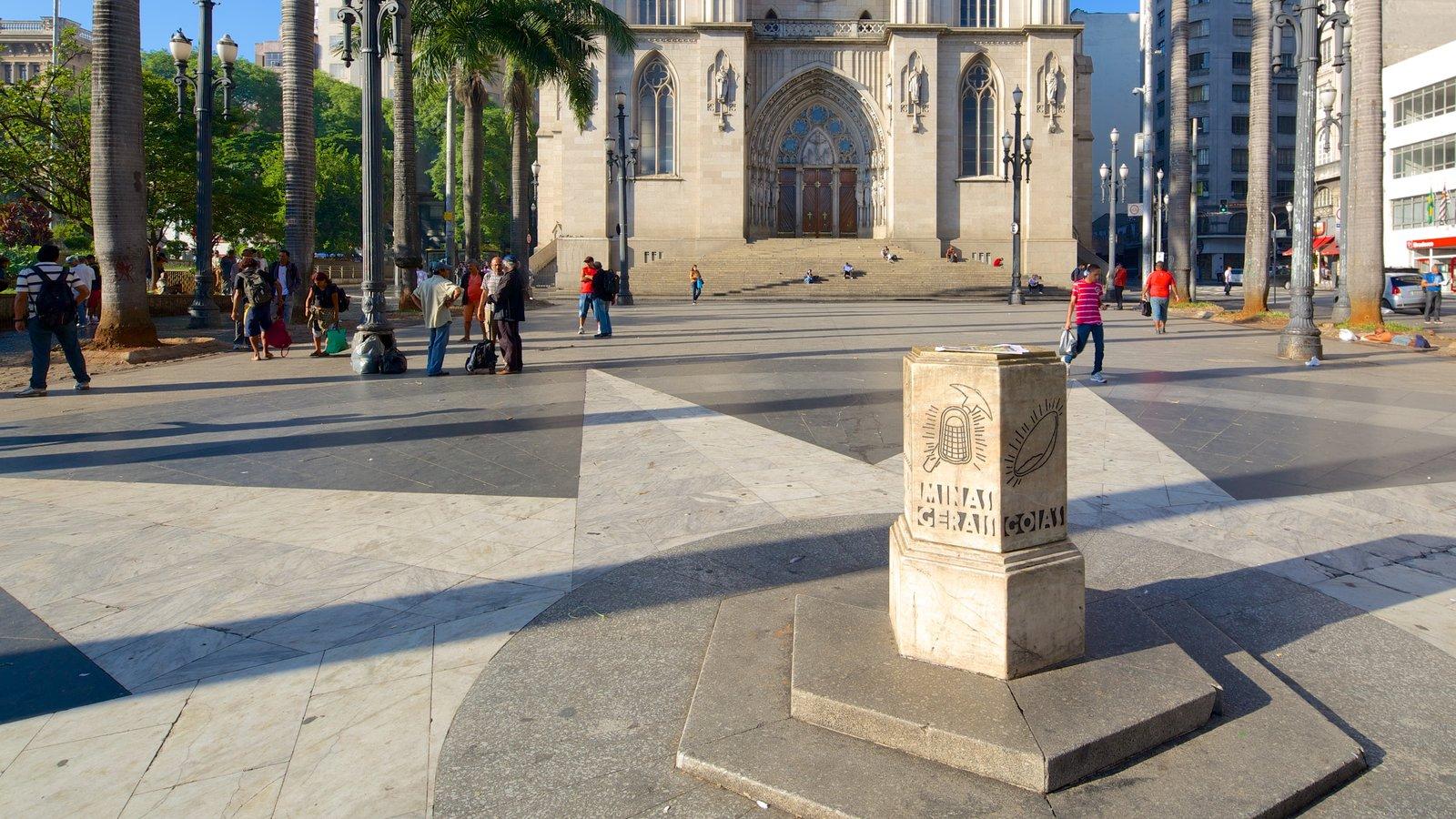 Catedral Metropolitana de São Paulo caracterizando uma praça ou plaza