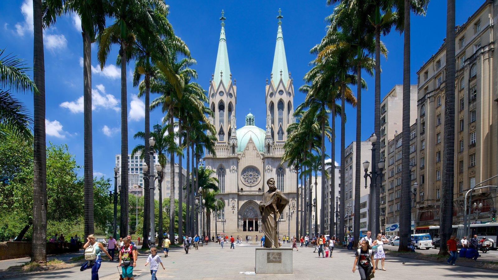 Catedral Metropolitana de São Paulo caracterizando aspectos religiosos, cenas de rua e arquitetura de patrimônio