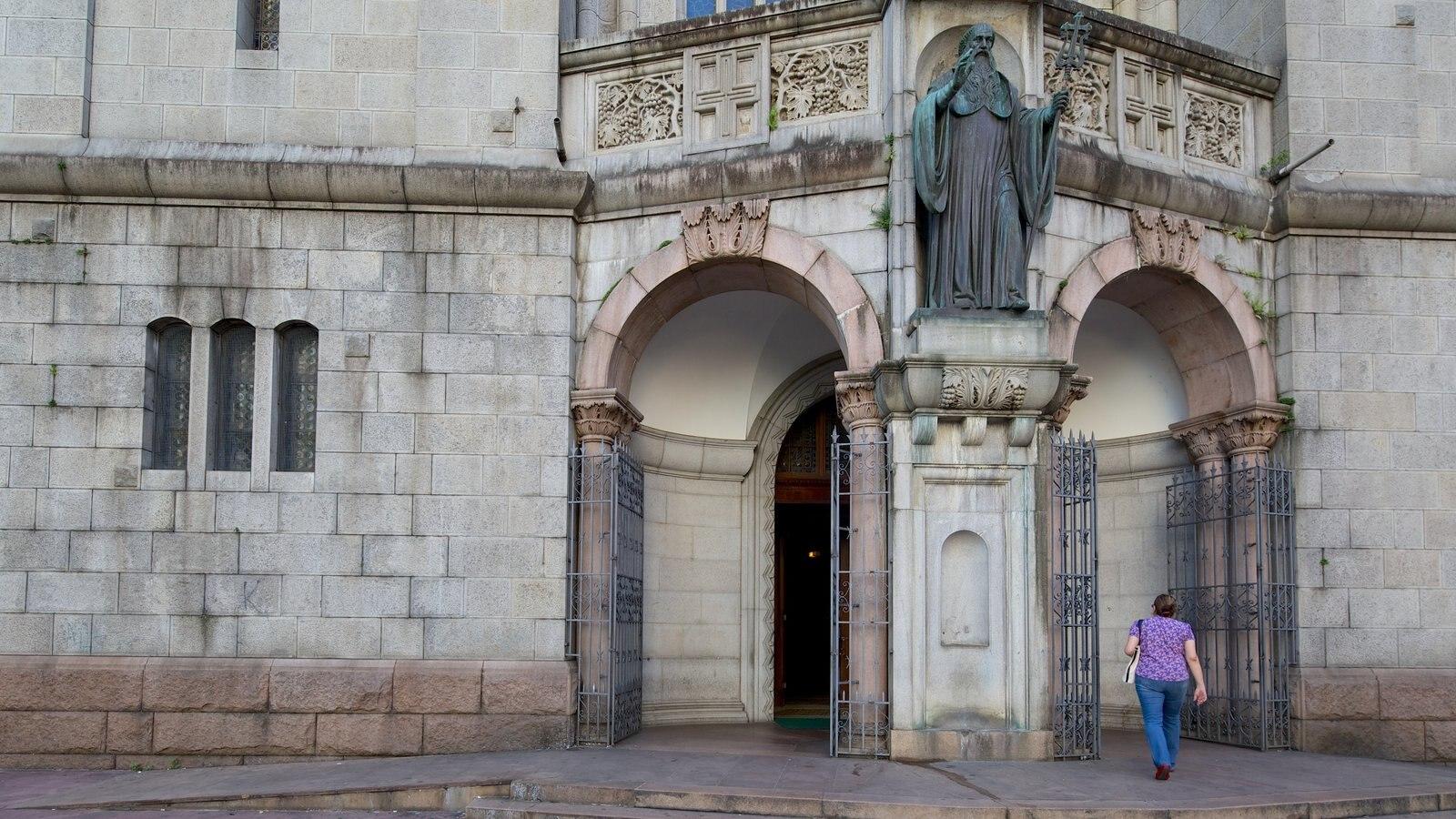 Mosteiro de São Bento caracterizando uma igreja ou catedral, elementos religiosos e cenas de rua