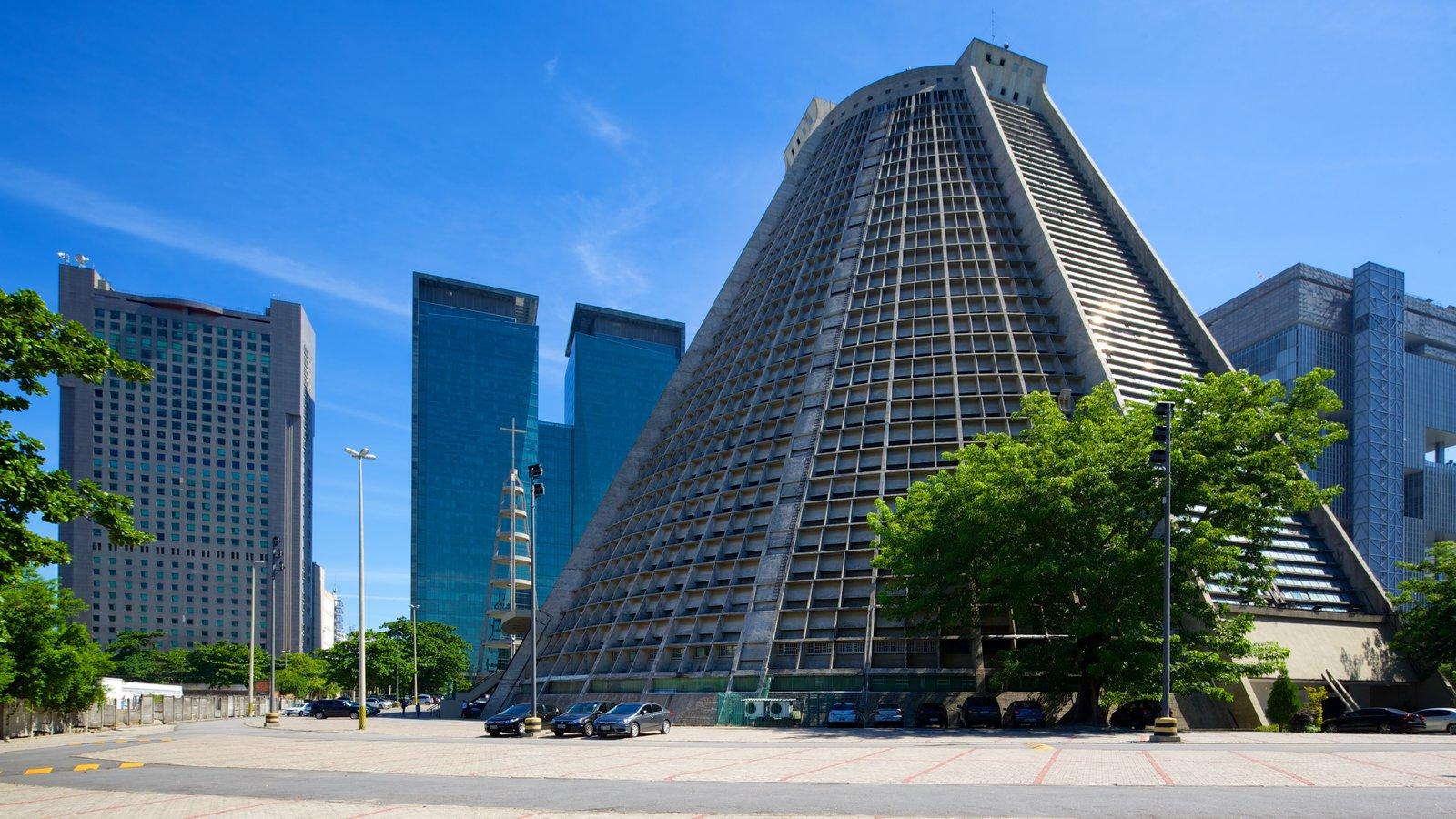Rio de Janeiro caracterizando arquitetura moderna, uma cidade e uma igreja ou catedral