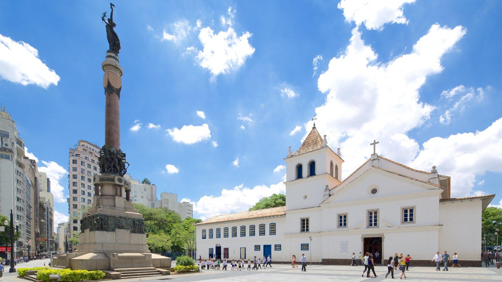 São Paulo mostrando um monumento, uma praça ou plaza e uma igreja ou catedral