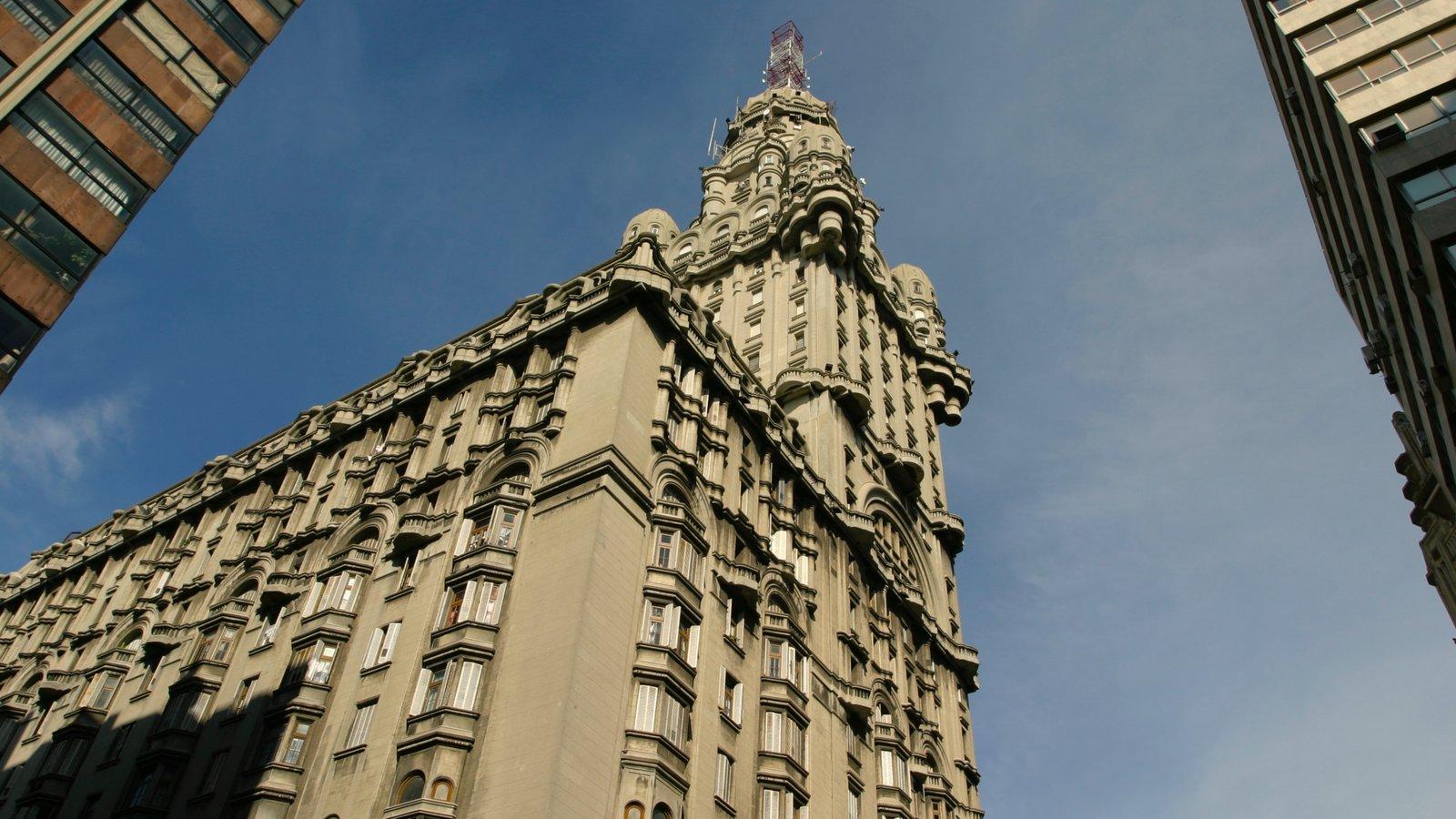 Montevidéu mostrando arquitetura de patrimônio e um arranha-céu