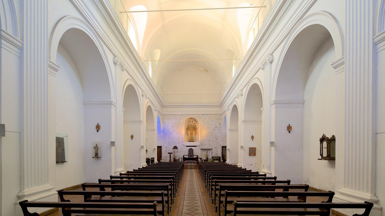 Colonia del Sacramento que inclui vistas internas, elementos religiosos e uma igreja ou catedral
