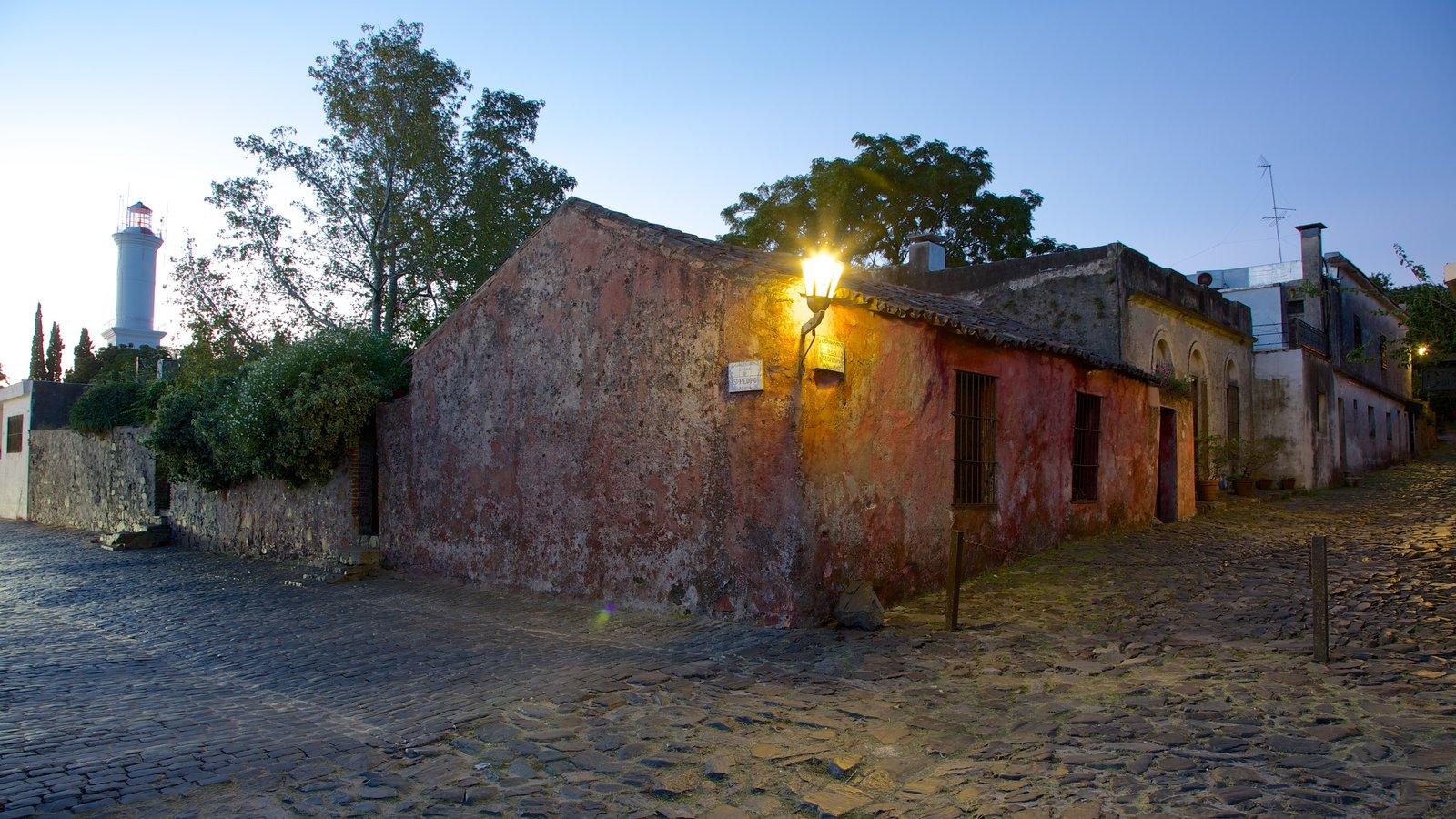 Calle de los Suspiros que inclui uma casa, cenas de rua e uma cidade pequena ou vila