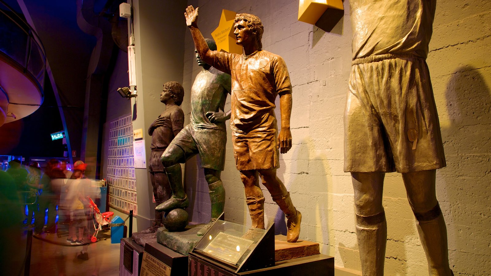 La Bombonera caracterizando vistas internas e uma estátua ou escultura