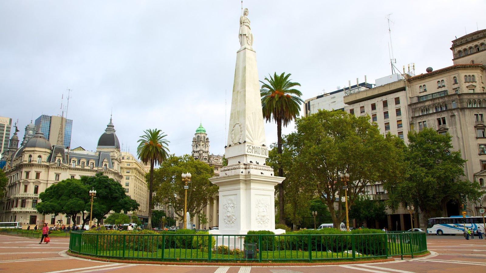 Plaza de Mayo que inclui um monumento, uma cidade e uma praça ou plaza