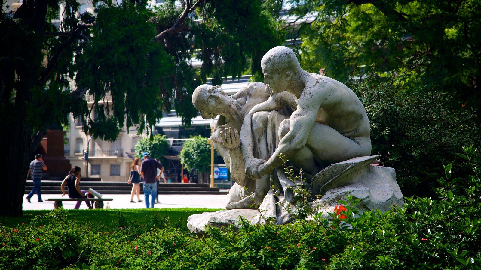 Plaza San Martín caracterizando um parque e uma estátua ou escultura