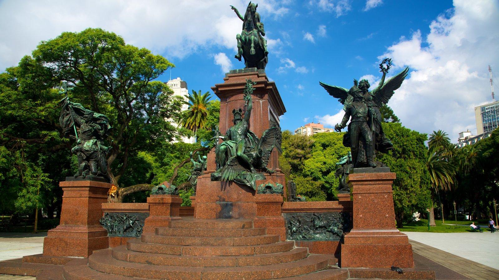 Plaza San Martín que inclui uma estátua ou escultura e uma praça ou plaza