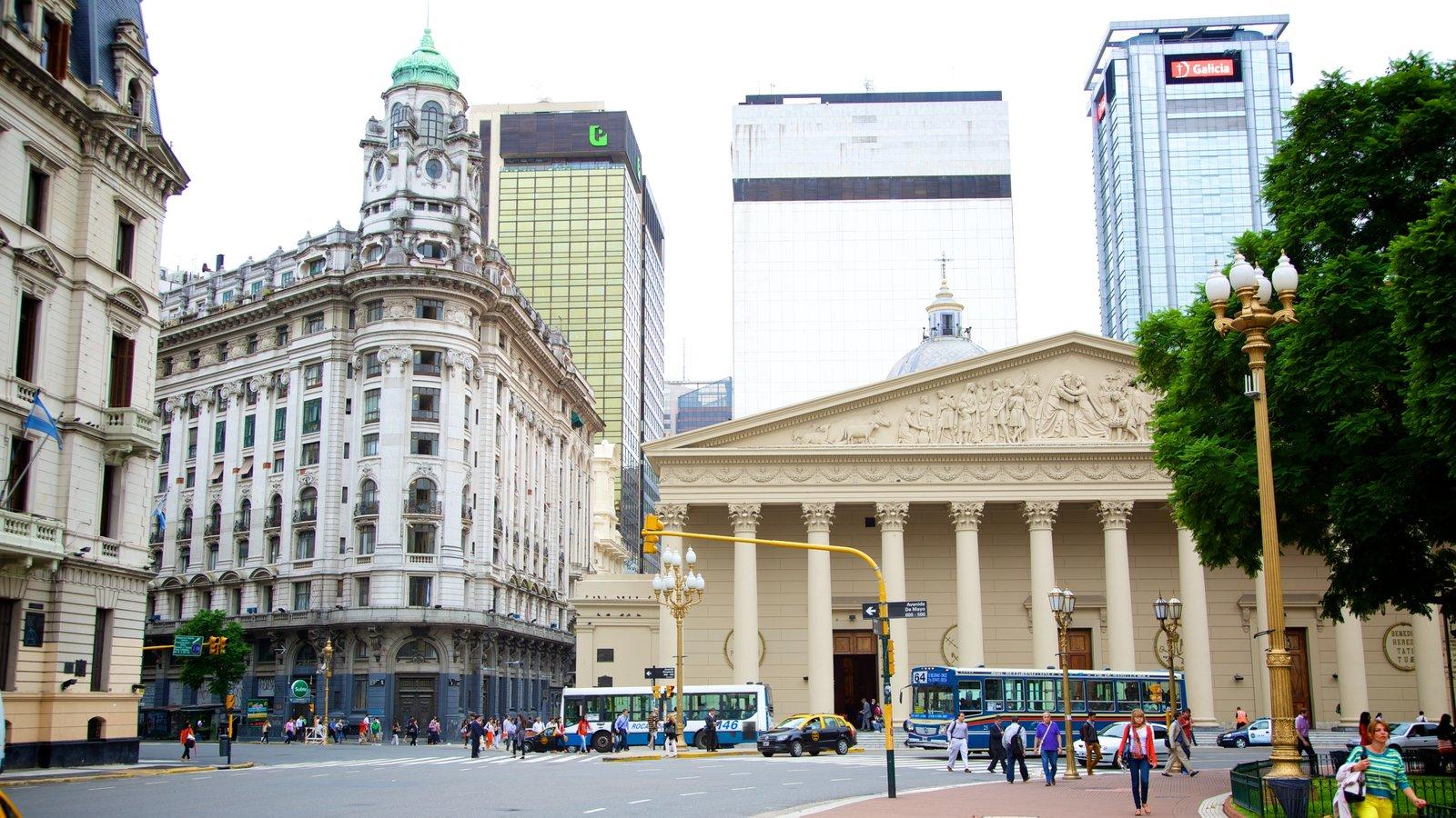 Catedral Metropolitana de Buenos Aires mostrando cenas de rua, arquitetura de patrimônio e uma cidade