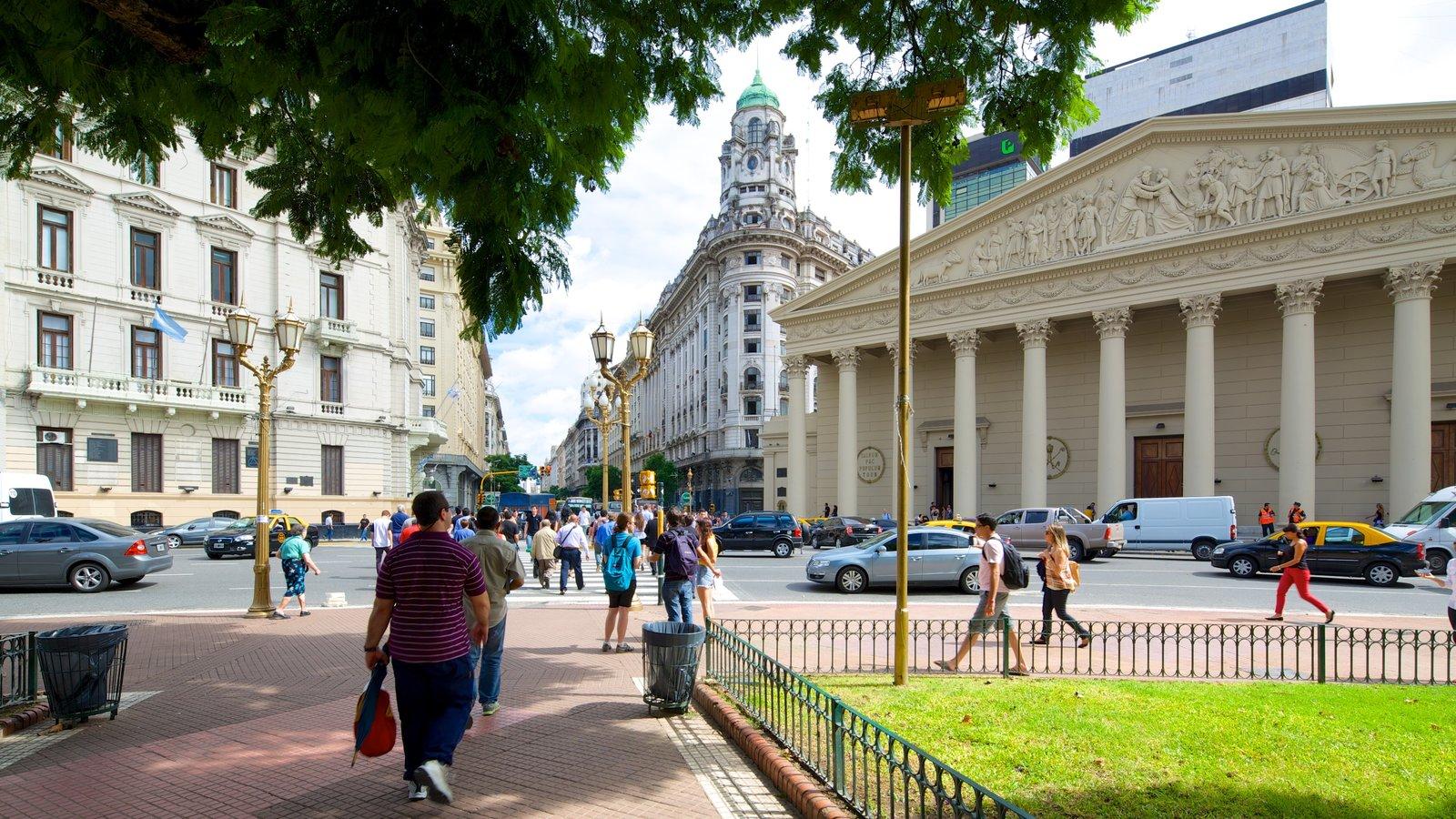 Catedral Metropolitana de Buenos Aires que inclui arquitetura de patrimônio assim como um grande grupo de pessoas
