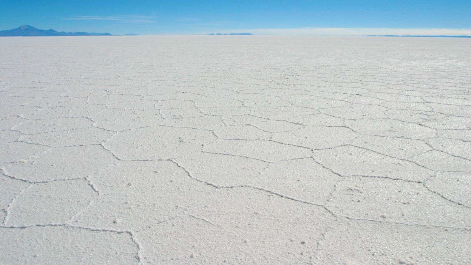 Salar de Uyuni que inclui paisagem e um lago ou charco