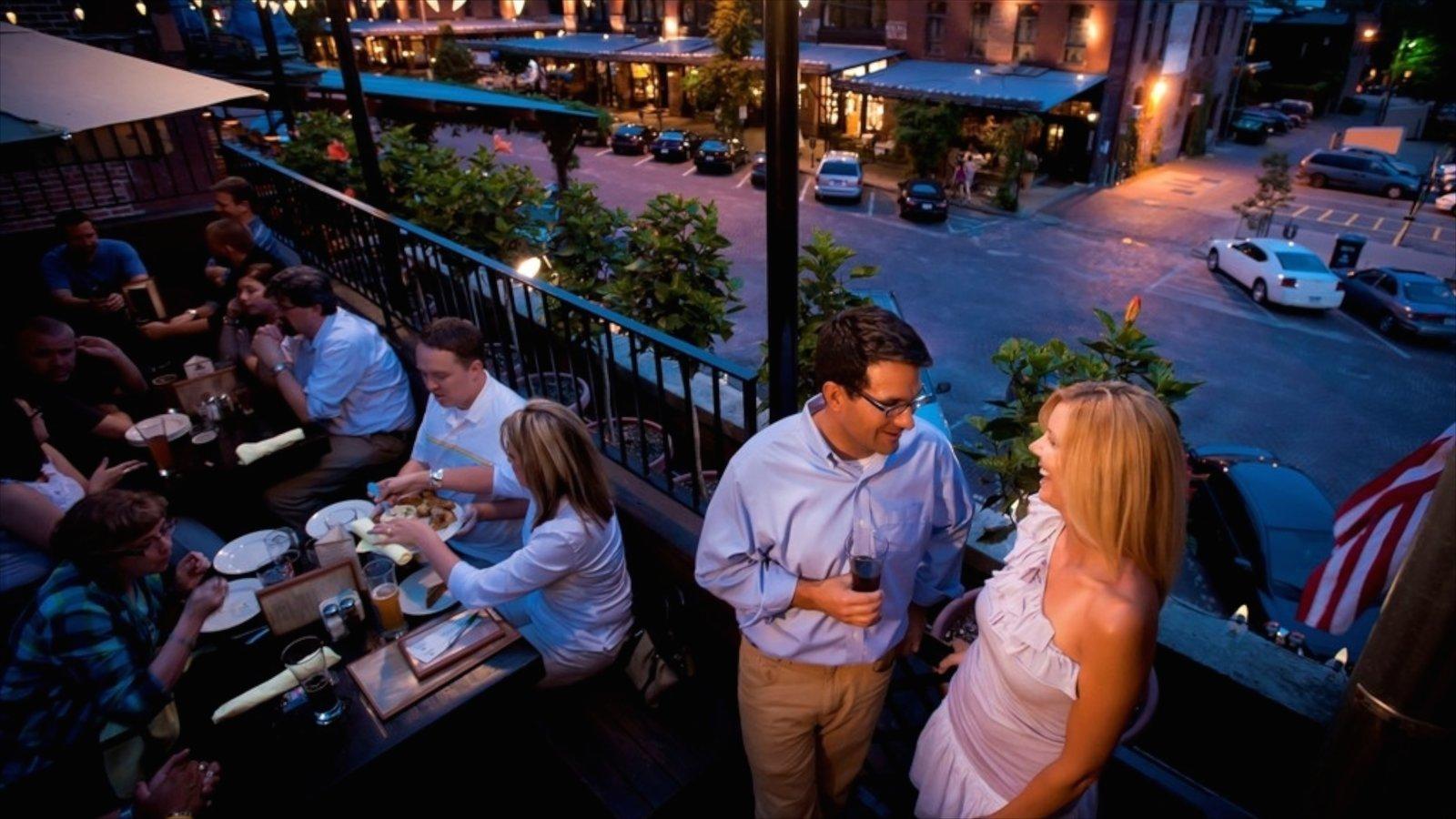 Omaha que inclui cenas noturnas e jantar fora assim como um grande grupo de pessoas