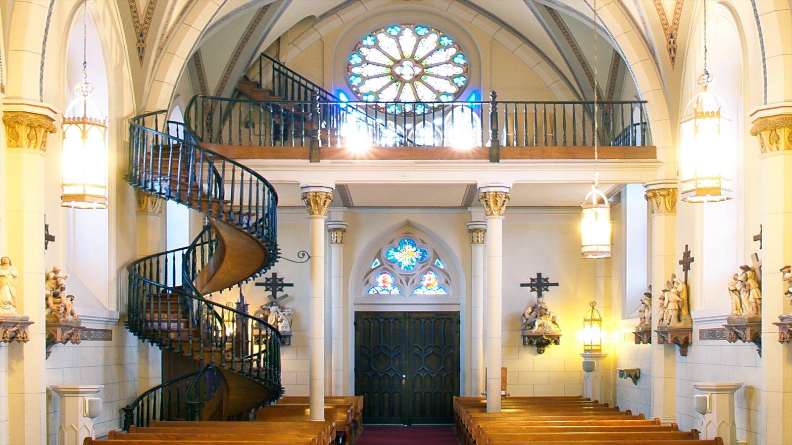 Loretto Chapel mostrando una iglesia o catedral, patrimonio de arquitectura y vistas interiores