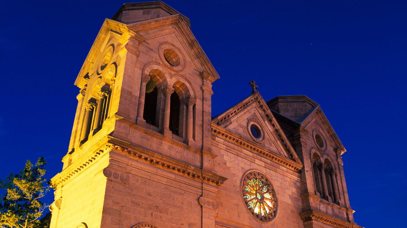 Cathedral Basilica of Saint Francis of Assisi que incluye escenas nocturnas, patrimonio de arquitectura y una iglesia o catedral