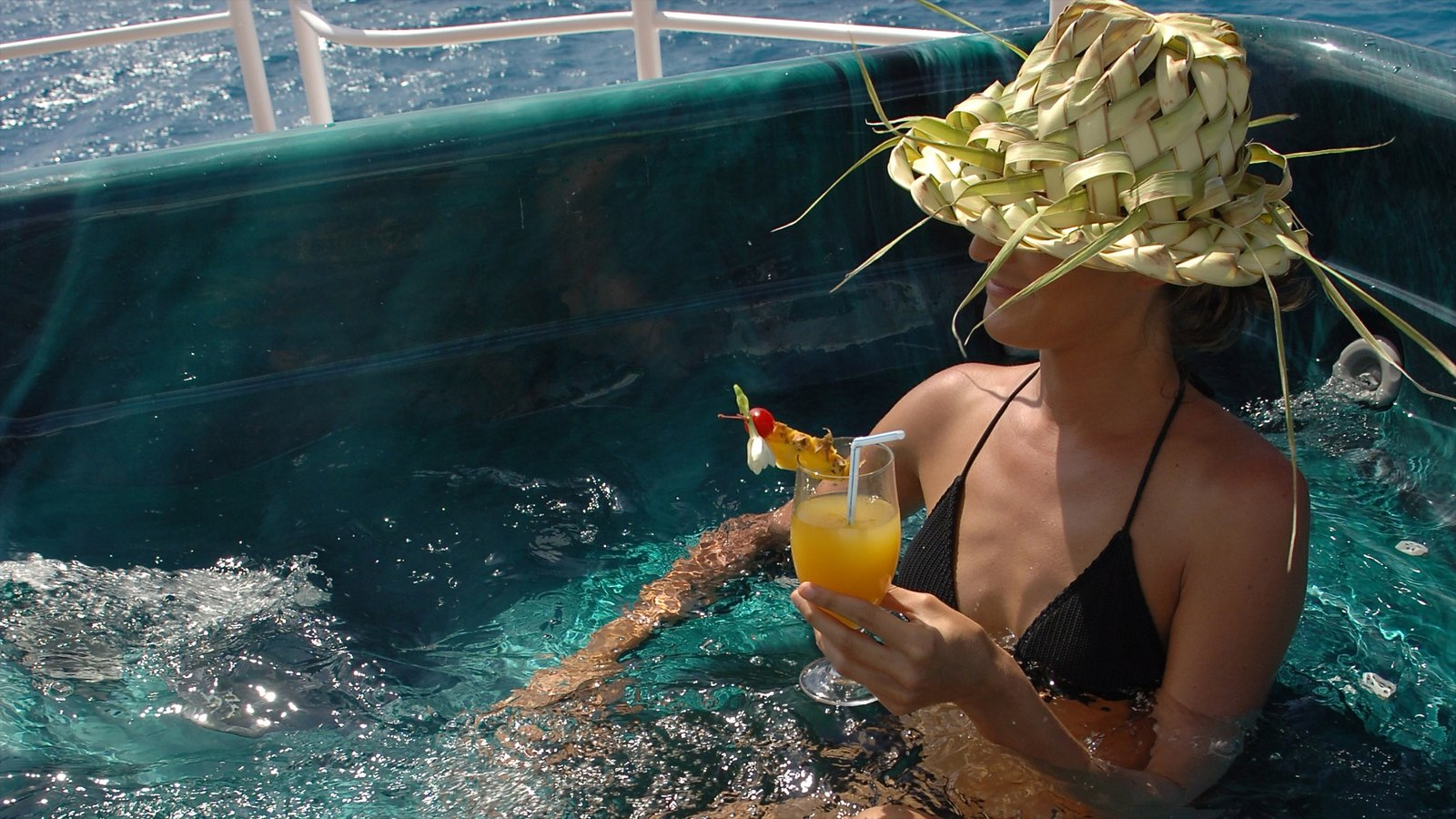 Rangiroa caracterizando bebidas assim como uma mulher sozinha