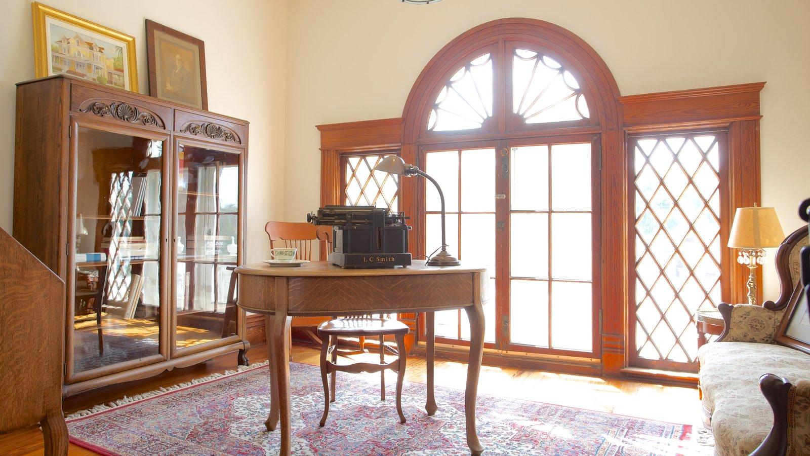 Burroughs Home que inclui vistas internas e uma casa