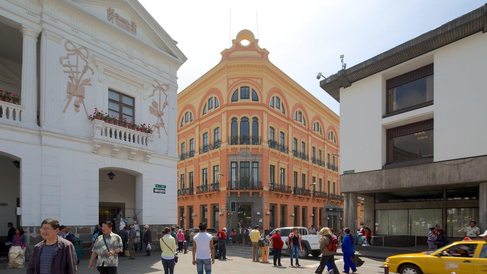 Plaza de la Independencia mostrando un parque o plaza y escenas urbanas y también un gran grupo de personas