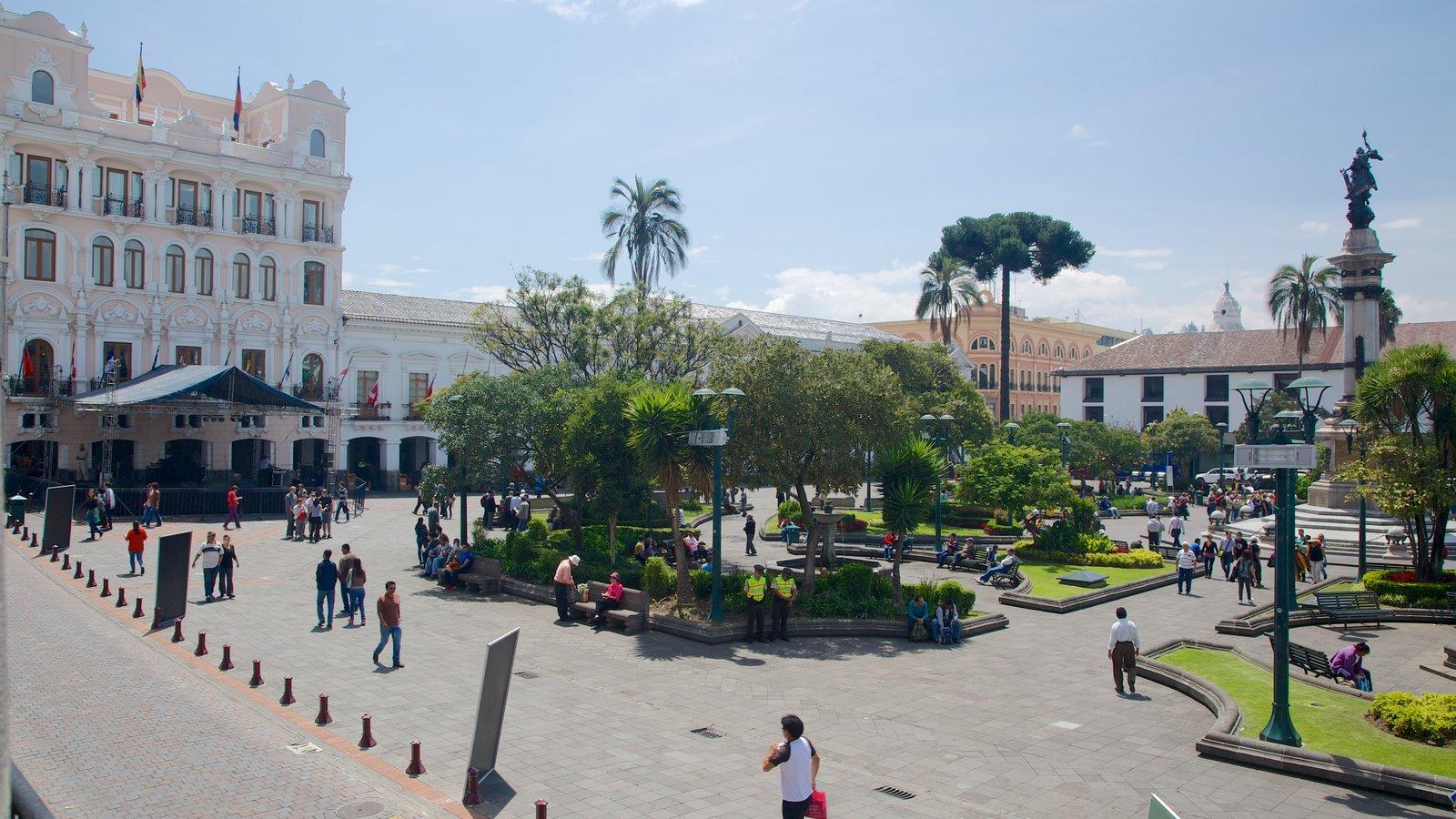 Plaza de la Independencia mostrando un parque o plaza y también un gran grupo de personas