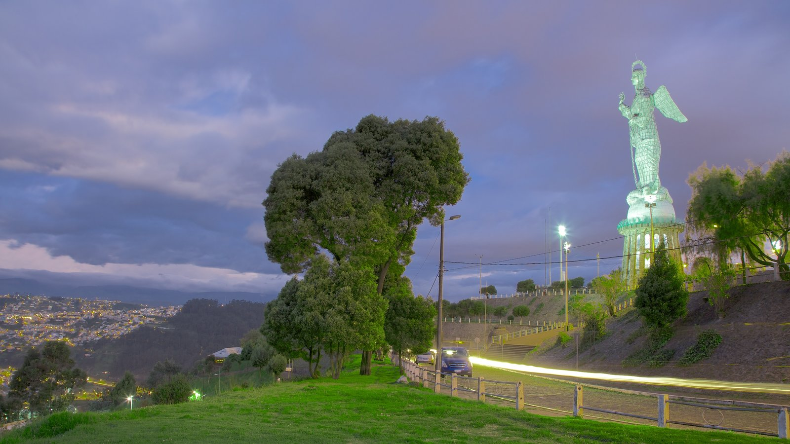 El Panecillo mostrando uma estátua ou escultura e cenas noturnas