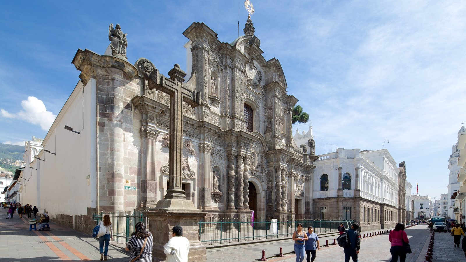 Igreja da Companhia de Jesus mostrando uma igreja ou catedral e cenas de rua assim como um grande grupo de pessoas