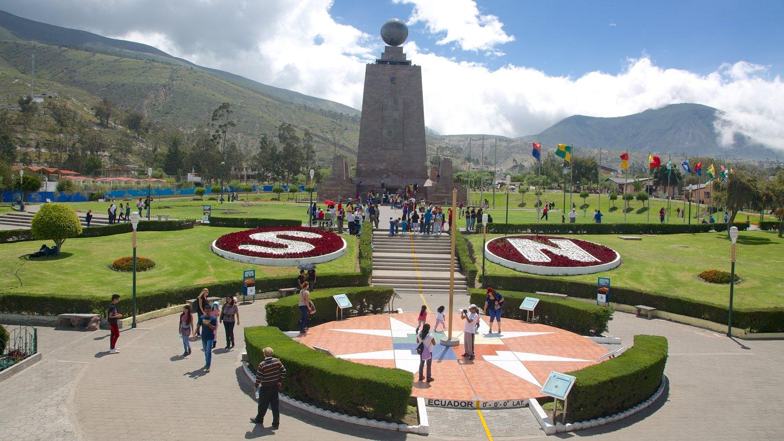 Mitad del Mundo Monument que inclui uma praça ou plaza, um monumento e um parque