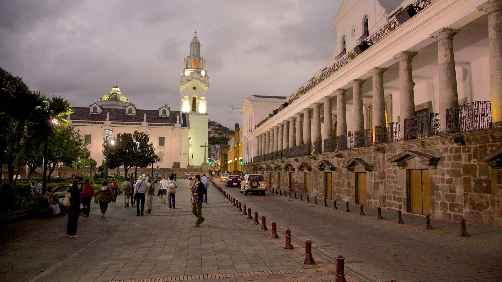 Catedral de Quito que inclui cenas noturnas e cenas de rua assim como um grande grupo de pessoas