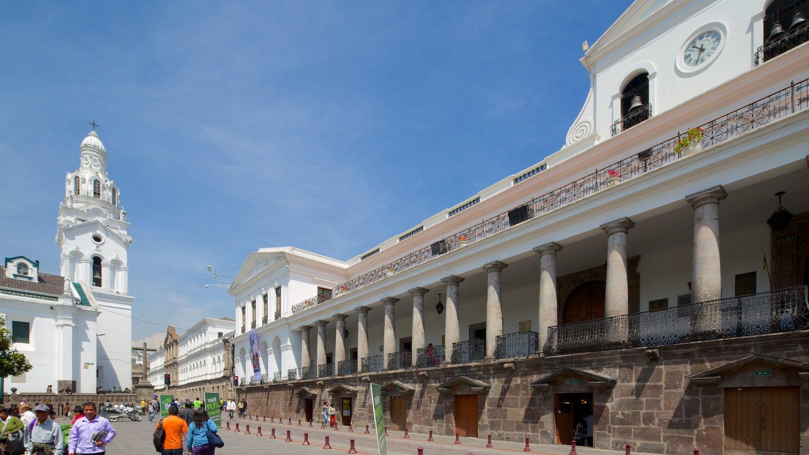 Palácio de Carondelet mostrando cenas de rua