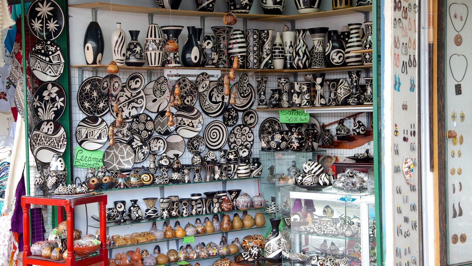Mercado Artesanal La Mariscal que inclui mercados, vistas internas e compras