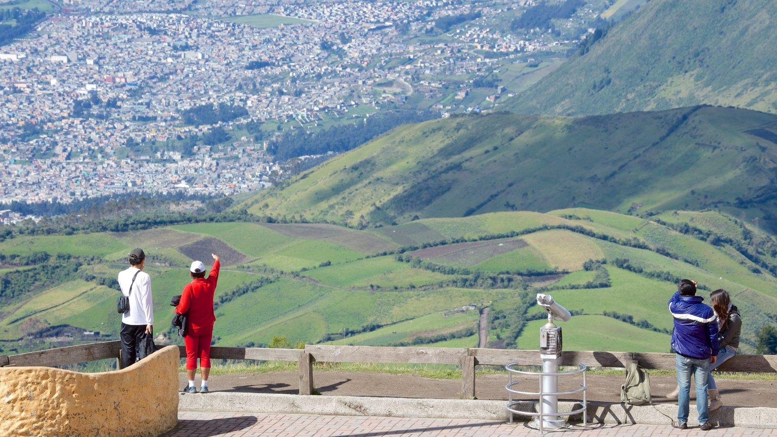 Teleférico de Quito mostrando paisagem e paisagens assim como um pequeno grupo de pessoas