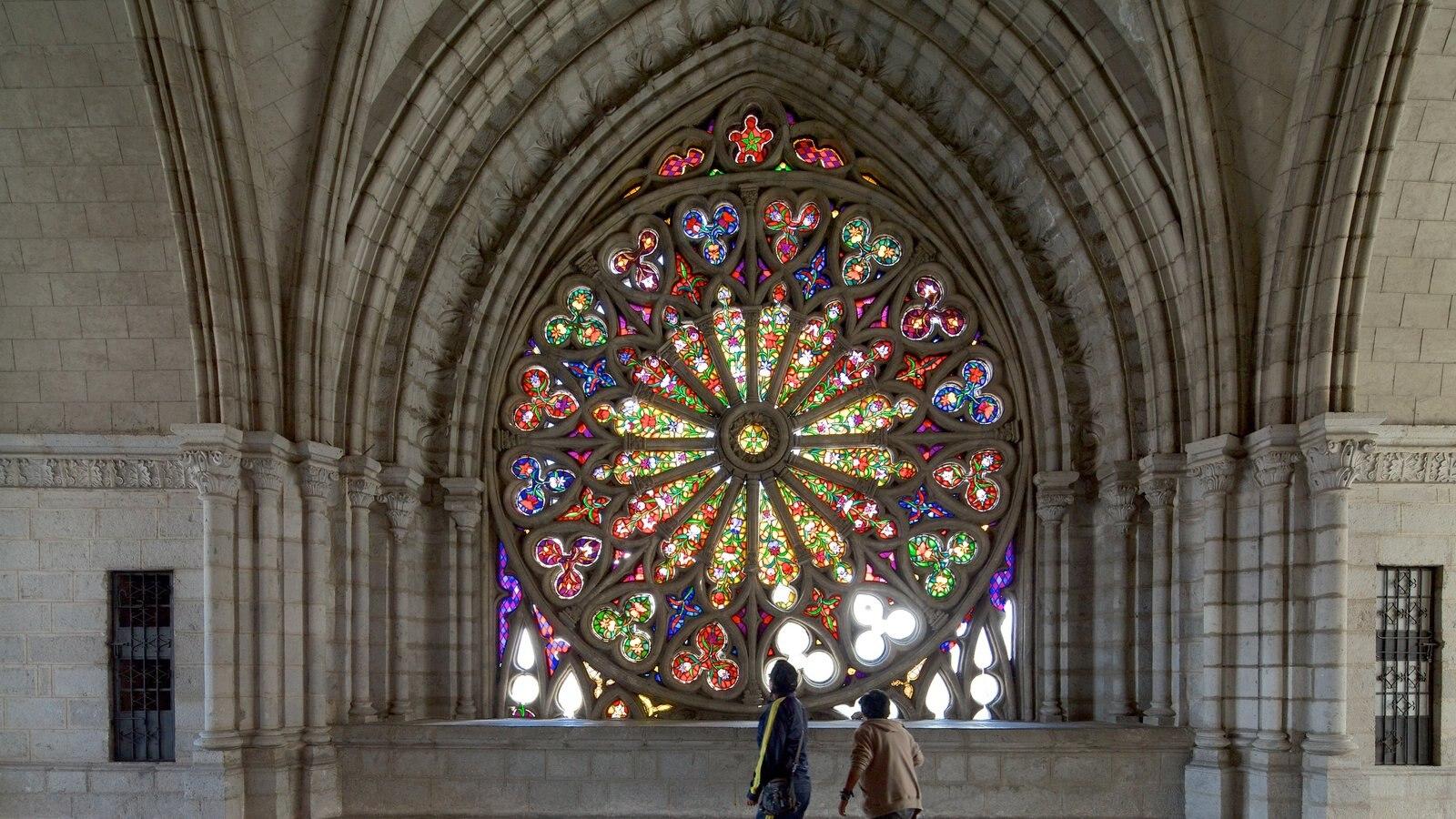 Quito caracterizando uma igreja ou catedral, vistas internas e arquitetura de patrimônio