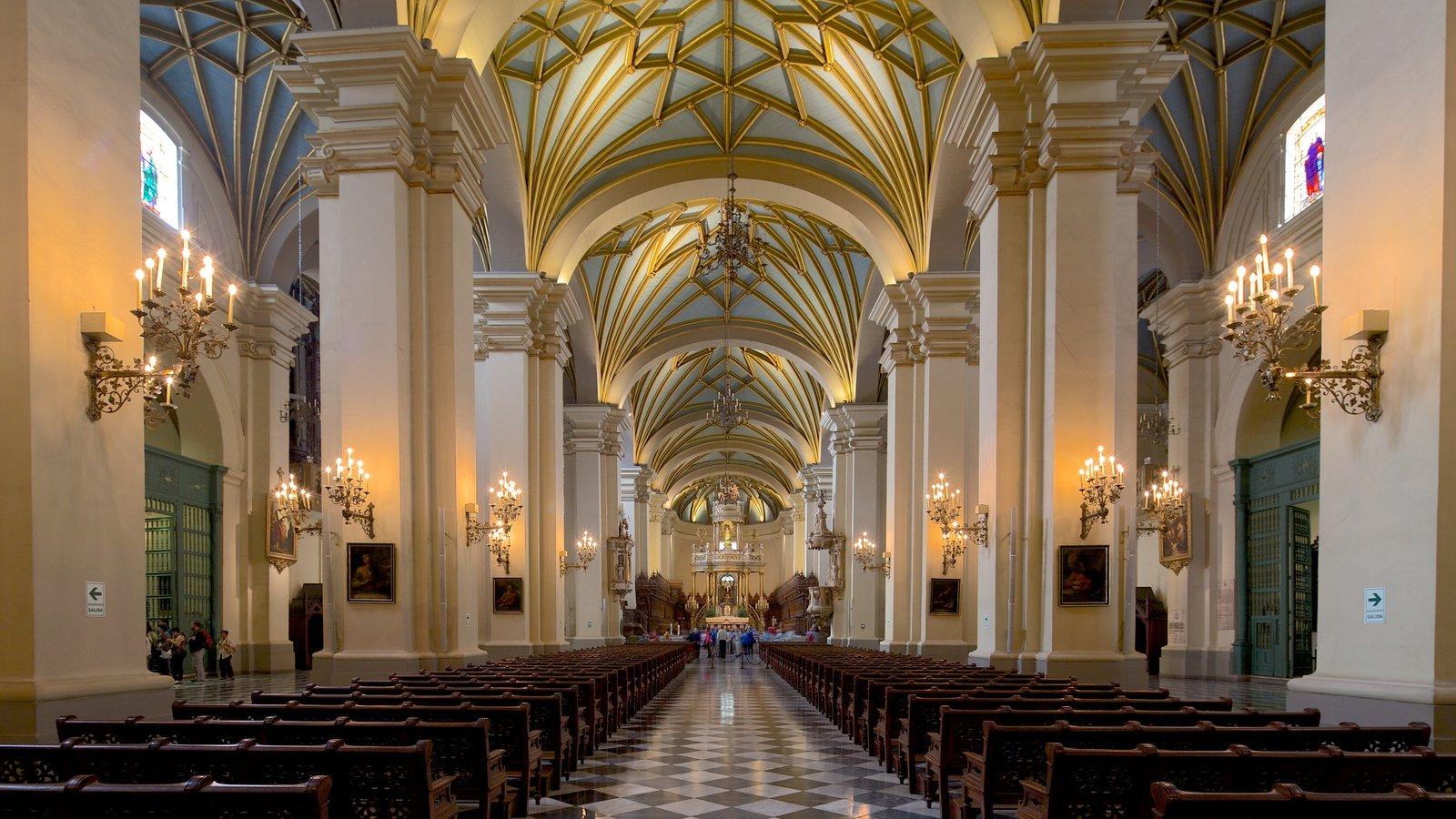 Lima caracterizando uma igreja ou catedral, vistas internas e aspectos religiosos