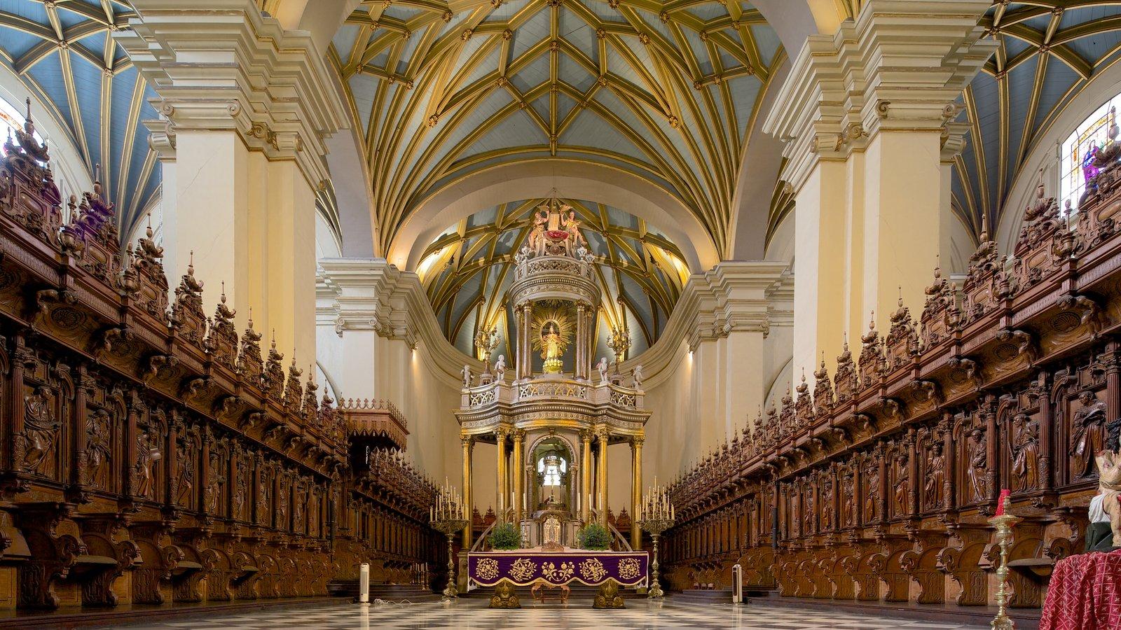 Plaza Mayor mostrando vistas internas, uma igreja ou catedral e aspectos religiosos