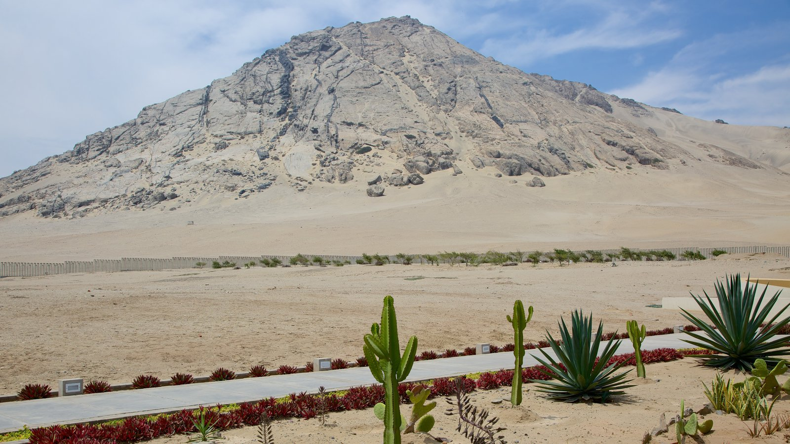 Huaca de la Luna showing mountains, desert views and landscape views