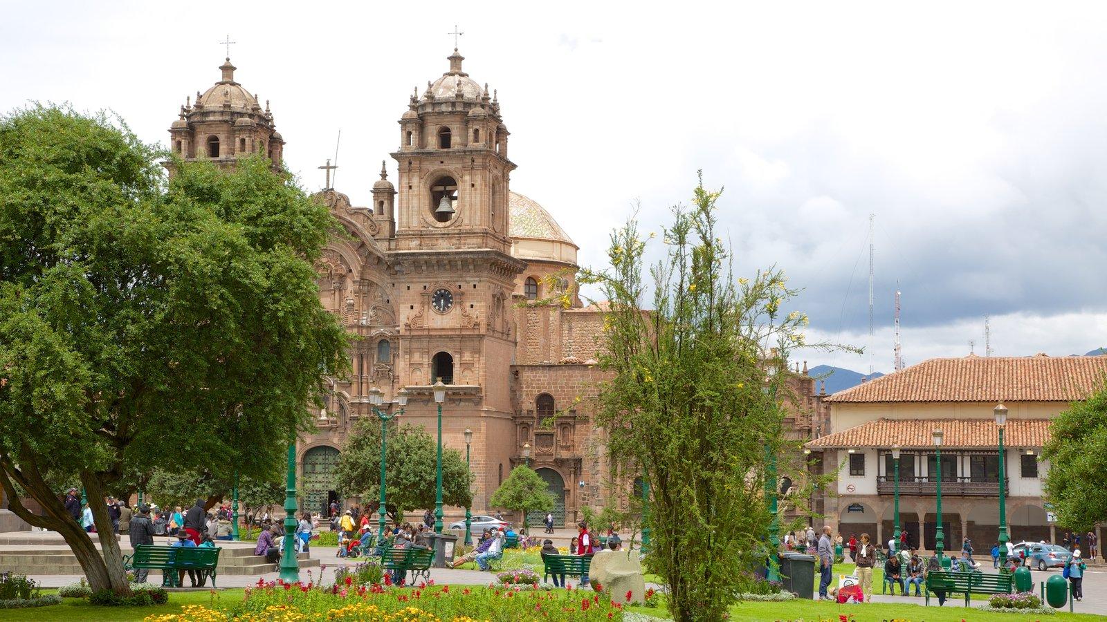 Plaza de Armas mostrando uma igreja ou catedral e um parque