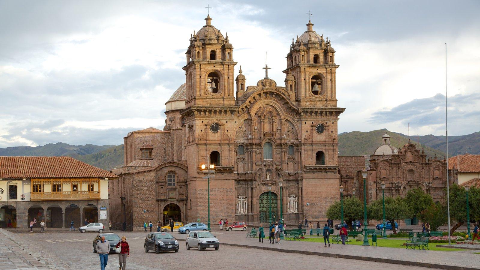 Plaza de Armas mostrando uma igreja ou catedral, cenas de rua e aspectos religiosos
