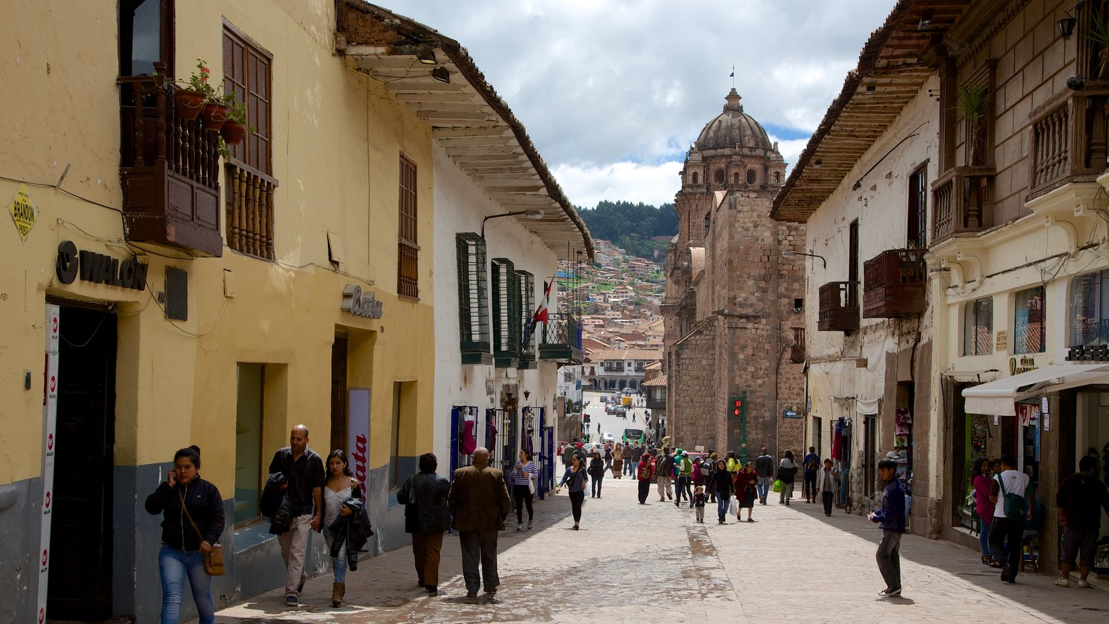 Cusco showing street scenes as well as a large group of people