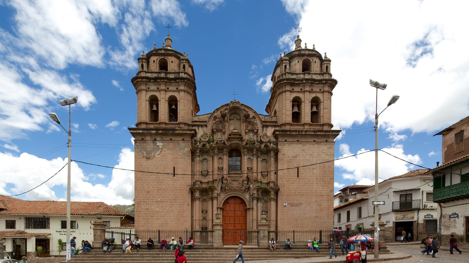 Cusco showing a church or cathedral, street scenes and heritage architecture