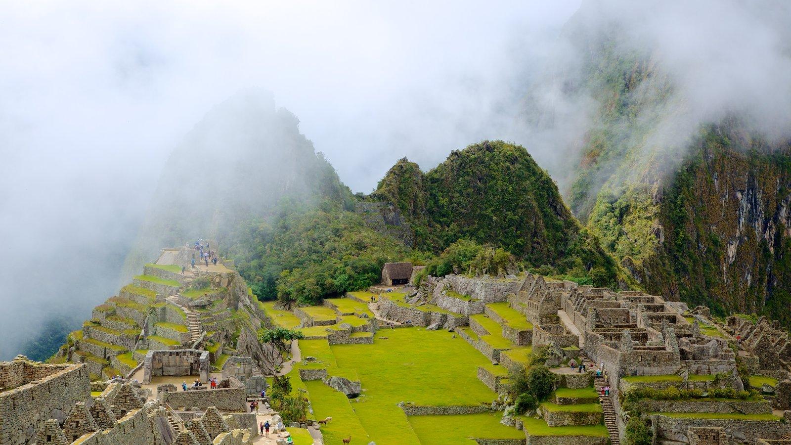 Machu Picchu caracterizando uma ruína e neblina