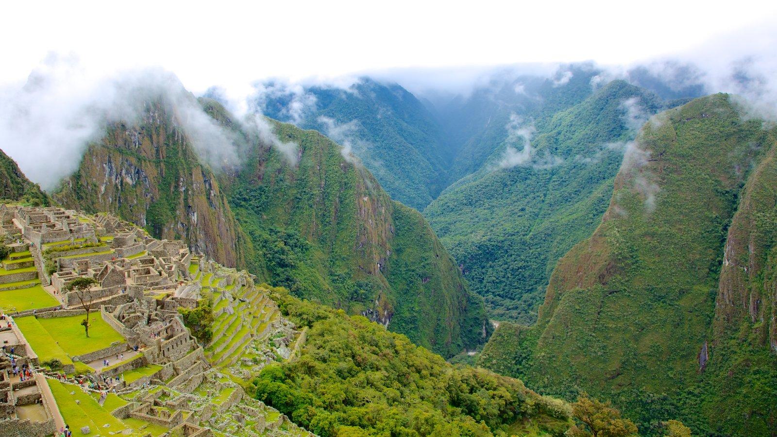 Machu Picchu showing mountains and a ruin