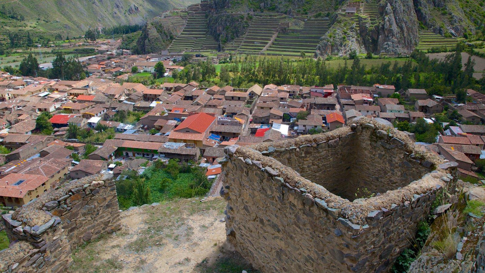 Ollantaytambo que inclui arquitetura de patrimônio e uma cidade pequena ou vila