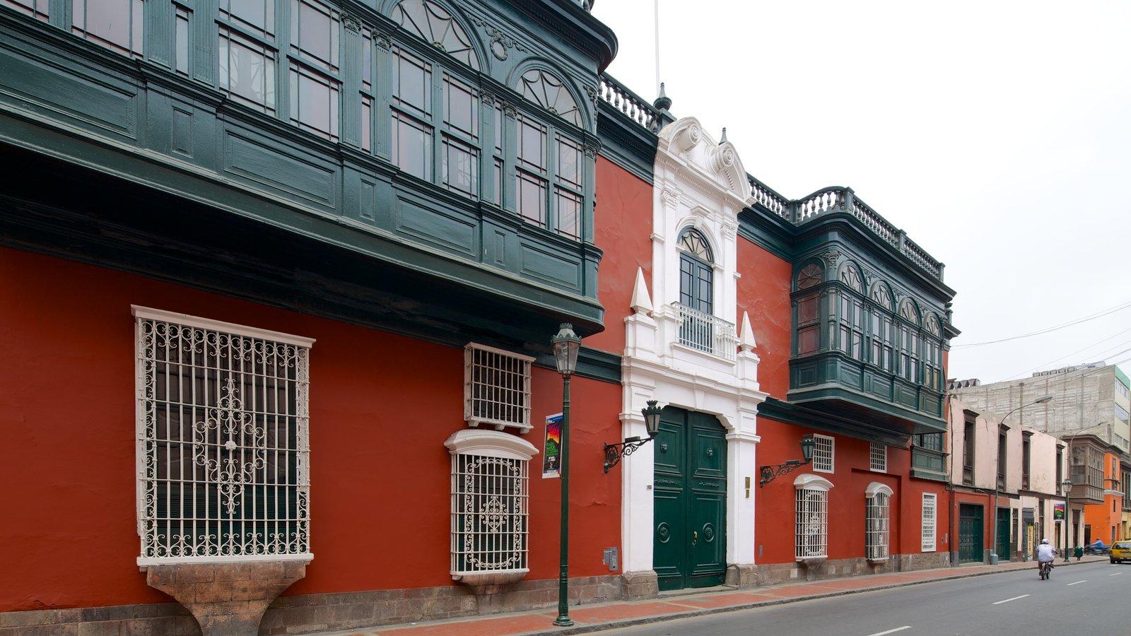 Centro de Lima mostrando uma casa, cenas de rua e arquitetura de patrimônio