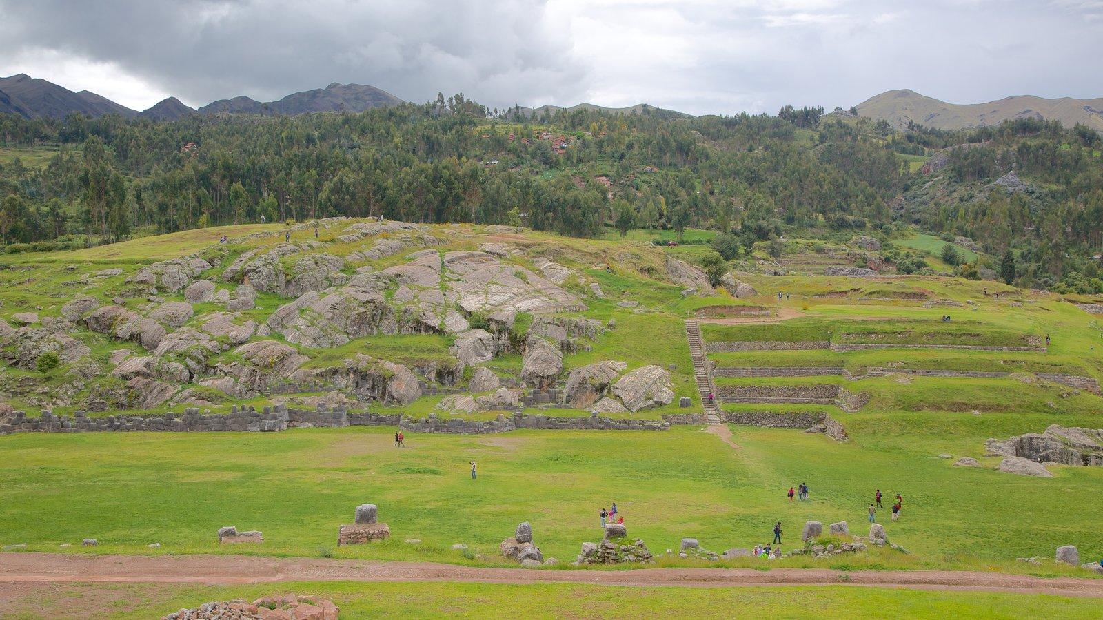 Sacsayhuaman que inclui cenas tranquilas e uma ruína