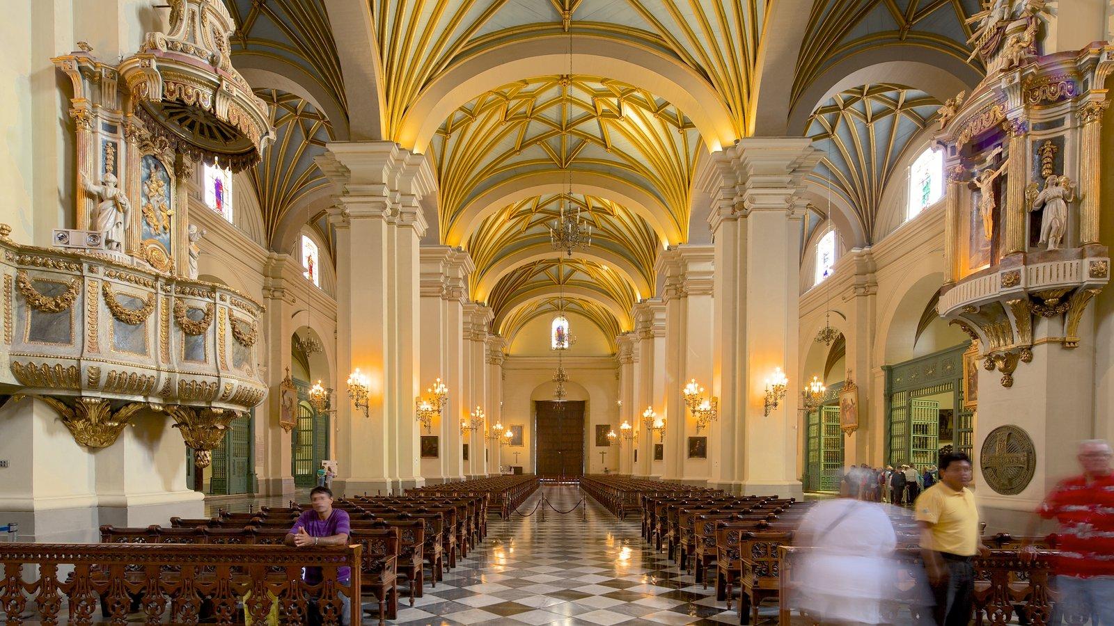 Plaza Mayor caracterizando vistas internas, elementos religiosos e uma igreja ou catedral
