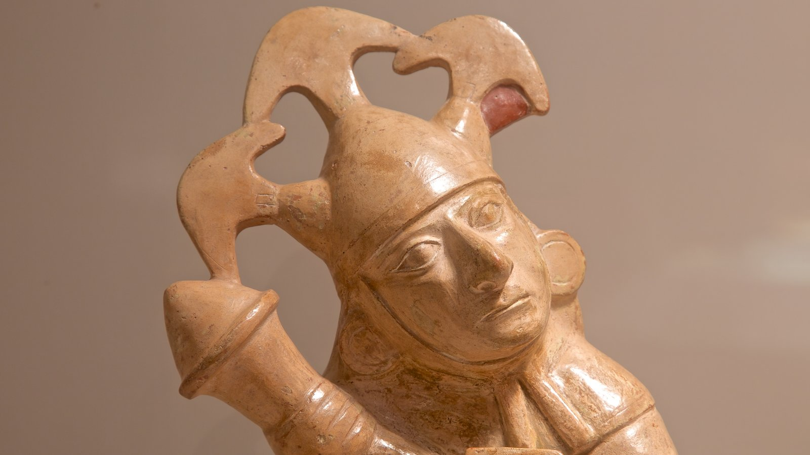 Museu do Larco que inclui vistas internas e uma estátua ou escultura