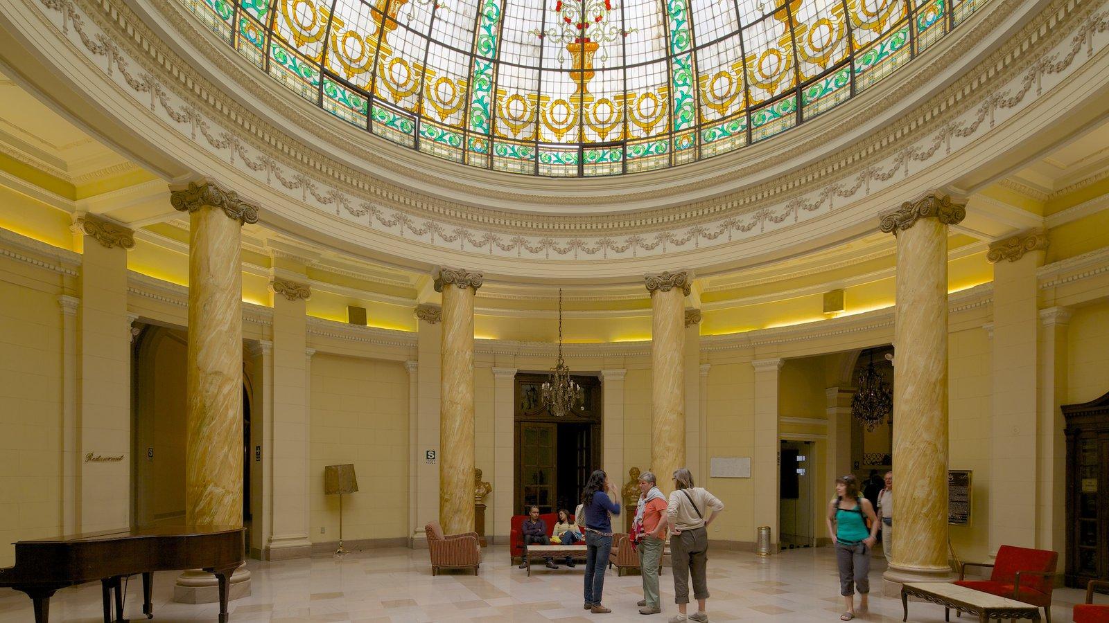 Plaza San Martin que inclui vistas internas e arquitetura de patrimônio assim como um grande grupo de pessoas