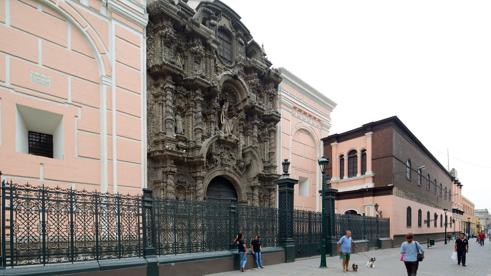 Lima mostrando uma igreja ou catedral, arquitetura de patrimônio e cenas de rua