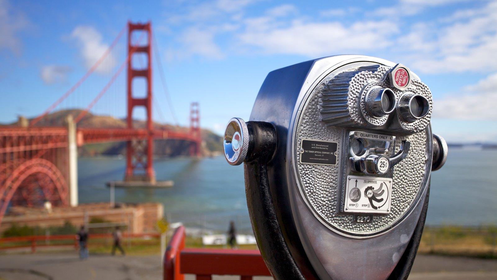 Golden Gate Bridge que inclui paisagens e uma cidade