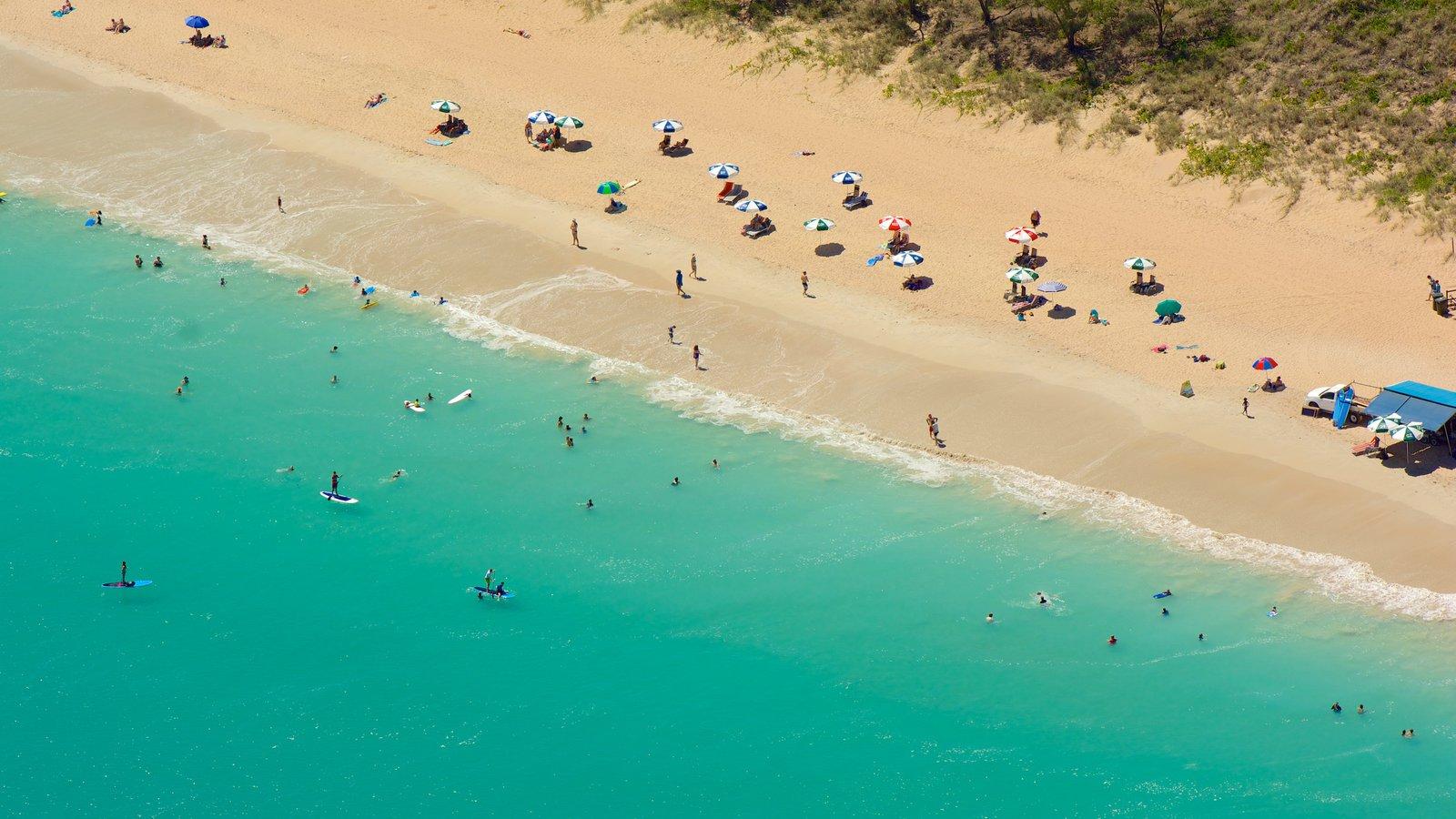 Cable Beach que incluye una playa de arena y natación