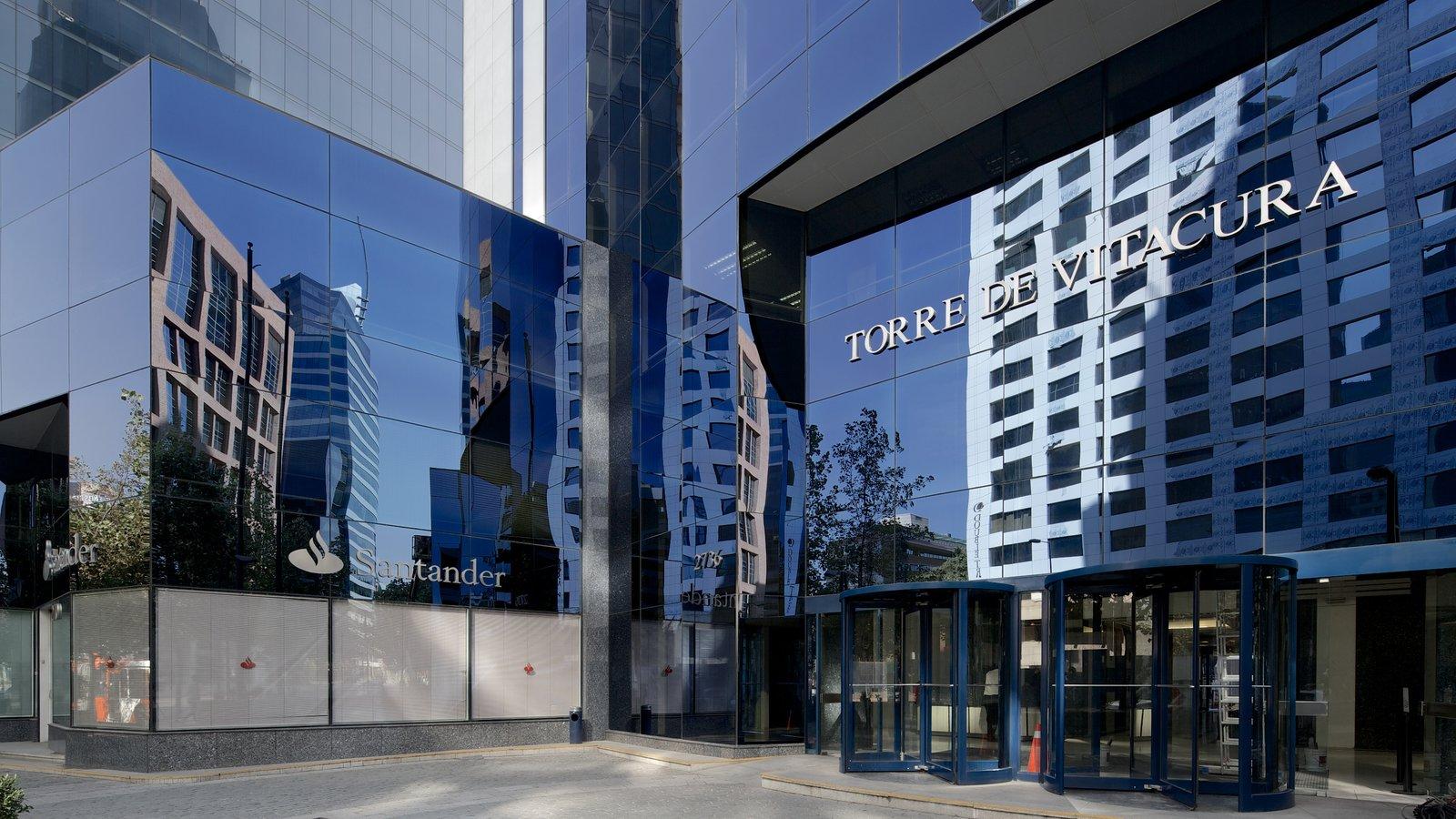 Costanera Center caracterizando arquitetura moderna, distrito comercial central e uma cidade