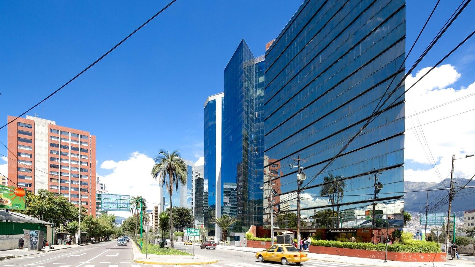 Quito mostrando arquitetura moderna, distrito comercial central e cenas de rua